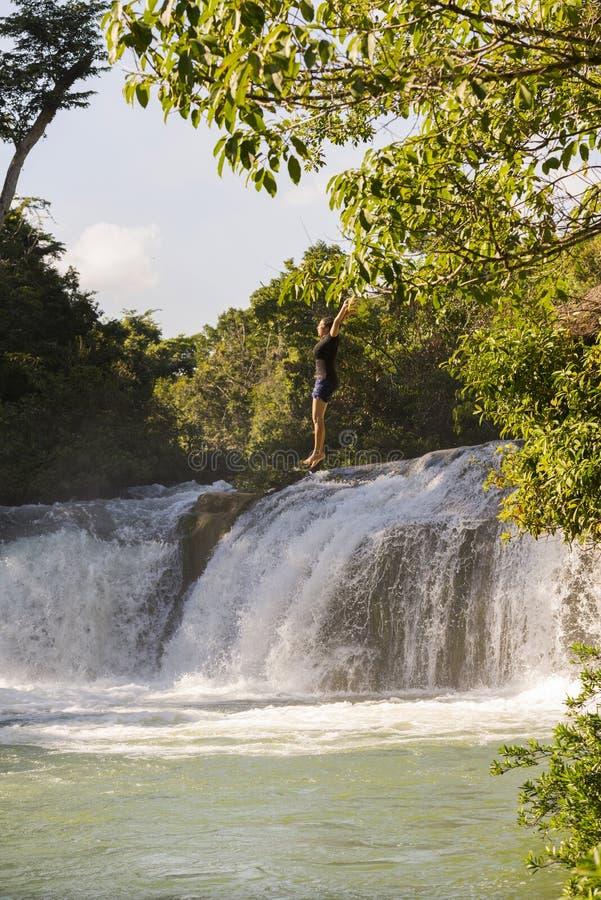 跳跃瀑布的冒险旅行家在伯利兹 免版税库存图片