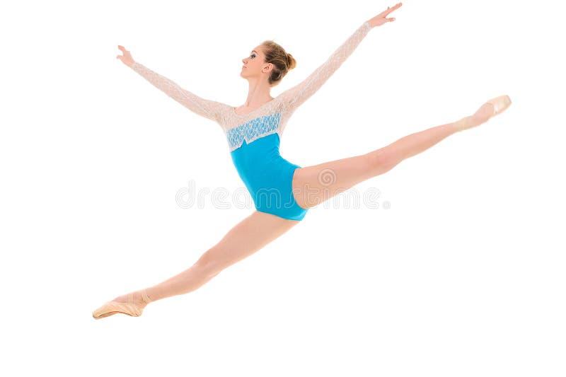 跳跃的专业芭蕾舞女演员 免版税库存图片