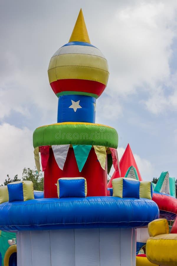 跳跃的城堡,孩子的操场与幻灯片3 免版税库存照片
