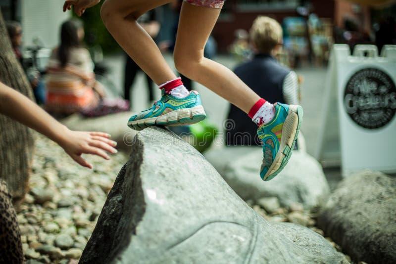 跳跃的孩子在公园 图库摄影