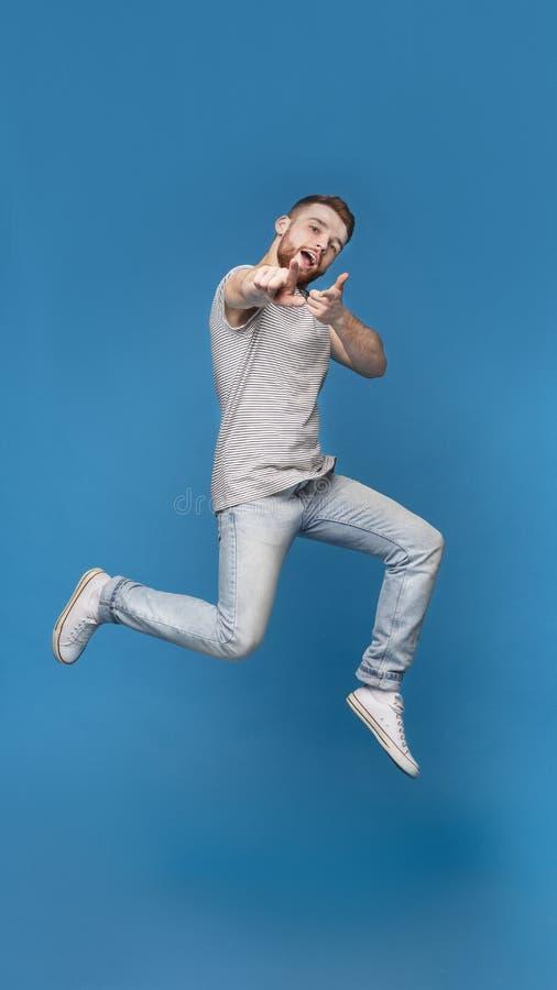 跳跃的愉快表明的快乐的人在您 图库摄影