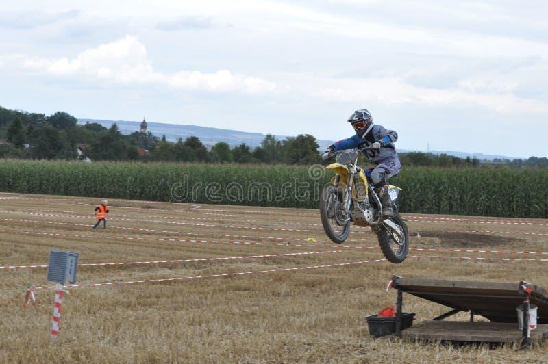 跳跃的摩托车越野赛司机 库存图片