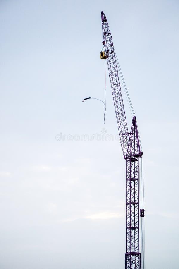 跳跃的橡皮筋,天空推力 在天空背景的起重机橡皮筋跳跃的 免版税库存图片