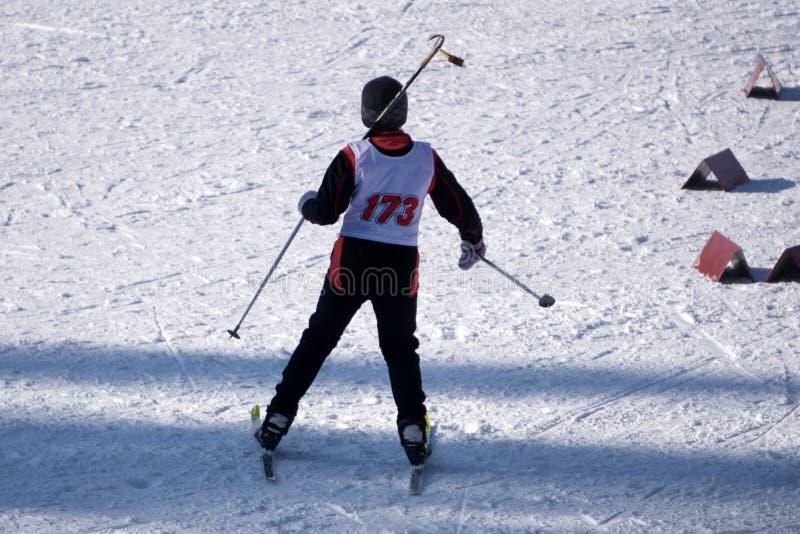 跳跃的滑雪者戏剧红色季节性幻灯片太阳 免版税库存图片