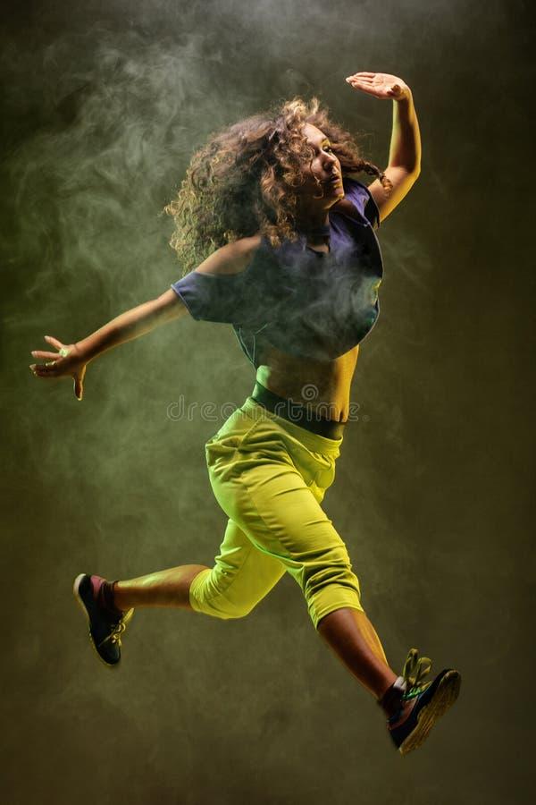 跳跃的zumba舞蹈家有烟背景 免版税库存照片