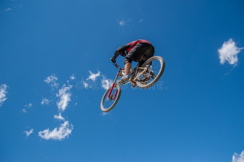 跳跃自行车 免版税库存照片