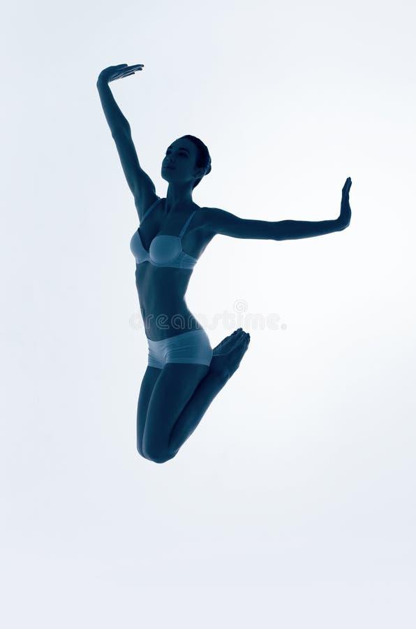 跳跃蓝色芭蕾舞女演员剪影  免版税库存照片