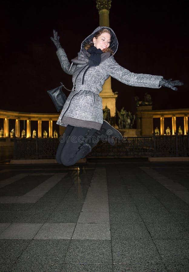 跳跃高在英雄`正方形布达佩斯, Hunga的愉快的少妇 库存照片