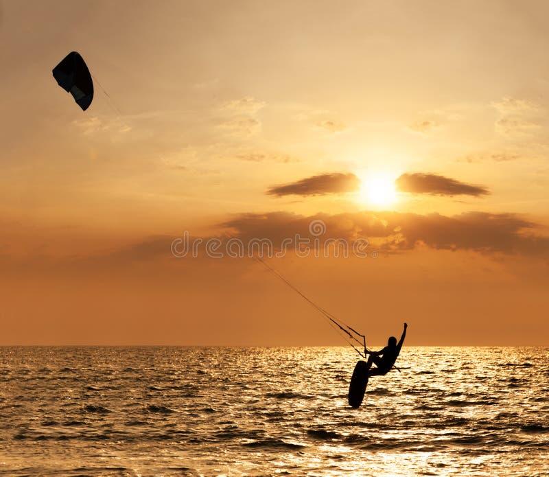 跳跃从水的风筝冲浪者 免版税库存图片