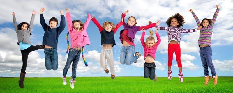 Download 跳跃 库存照片. 图片 包括有 女孩, 愉快, 幸福, 孩子, 童年, 子项, 学校, 本质, 男朋友, 学员 - 30335510