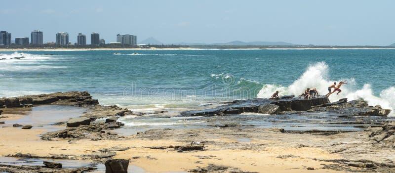 跳跃Maloolaba阳光海岸昆士兰的岩石 免版税库存照片