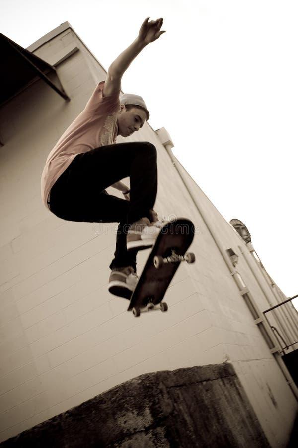 跳踩滑板 库存照片