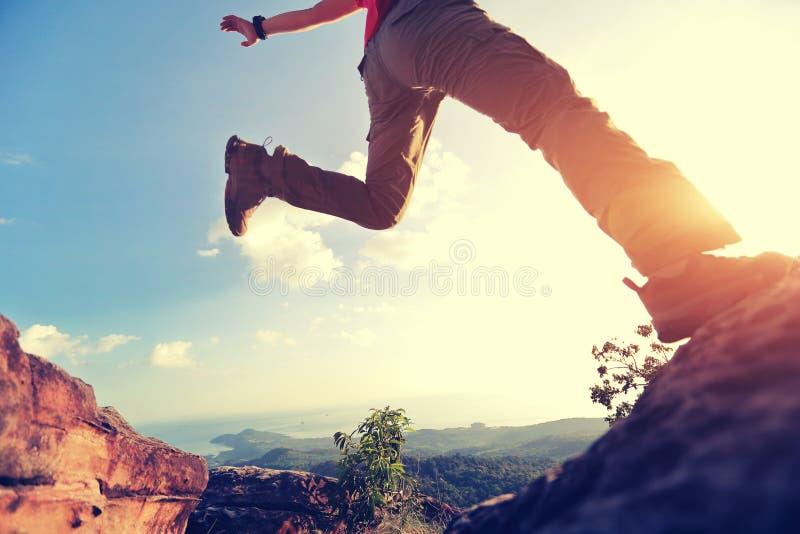 跳过悬崖在两落矶山脉之间在日落 库存图片