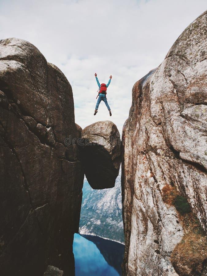 跳过Kjeragbolten旅行的人在挪威 库存照片