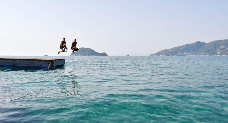 跳进从浮船的海 免版税库存照片