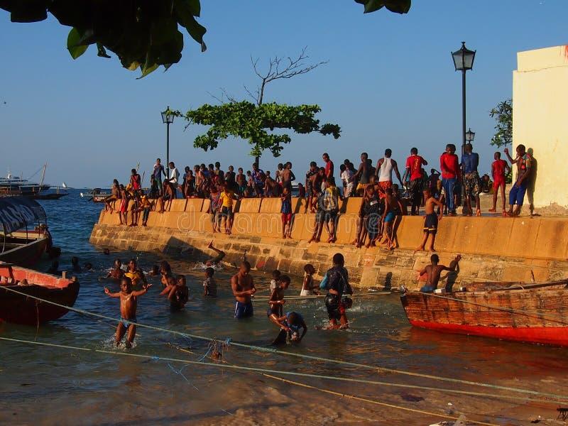 跳进海的地方孩子 免版税库存照片
