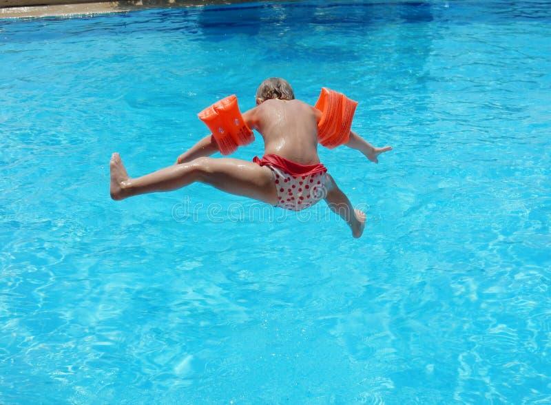 跳进水池的小女孩 库存图片