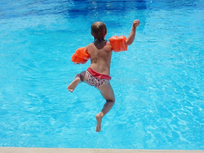 跳进水池的小女孩 免版税库存图片