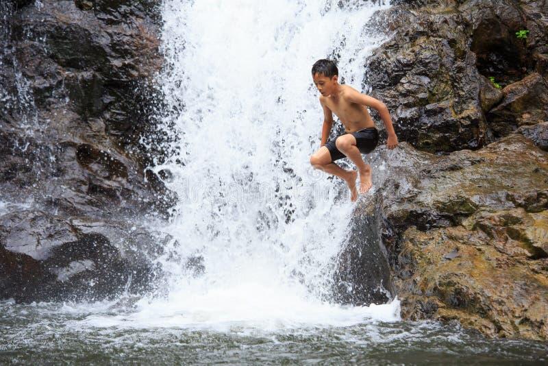 跳进水的男孩 图库摄影