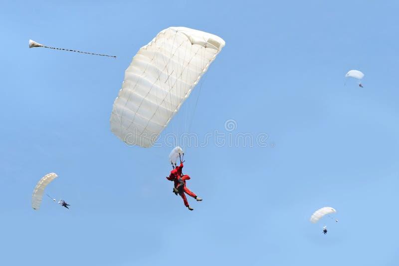 跳降伞纵排 免版税库存图片