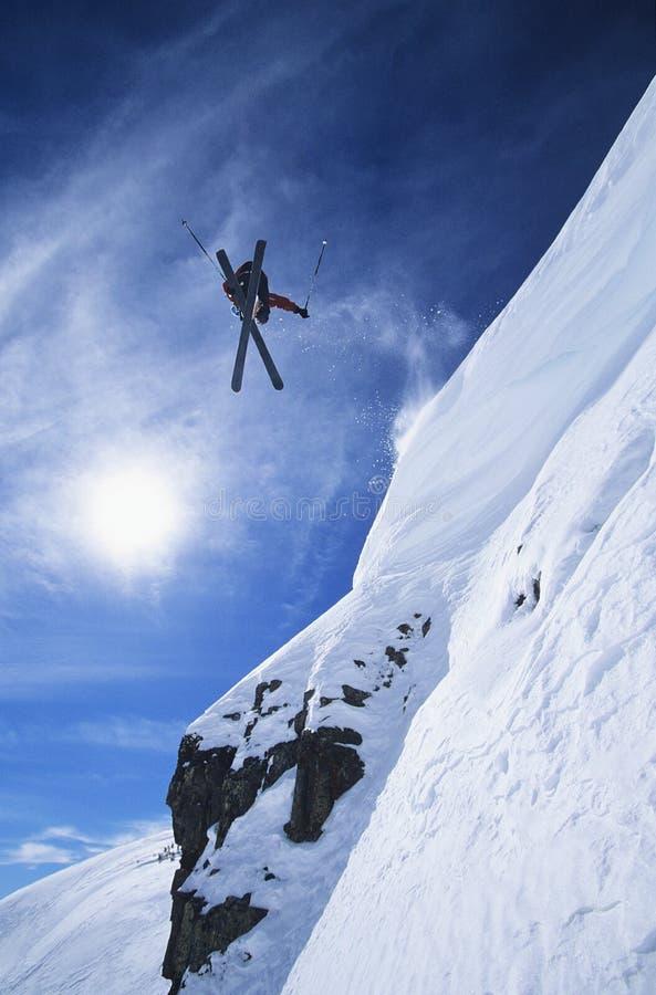 跳从山壁架的滑雪者 库存图片