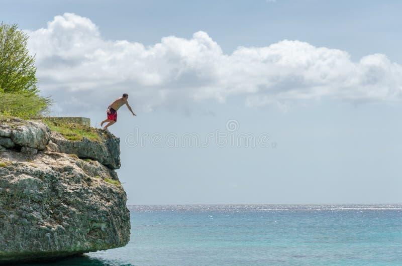 跳从岩石的游人在盛大Knip海滩 库存照片