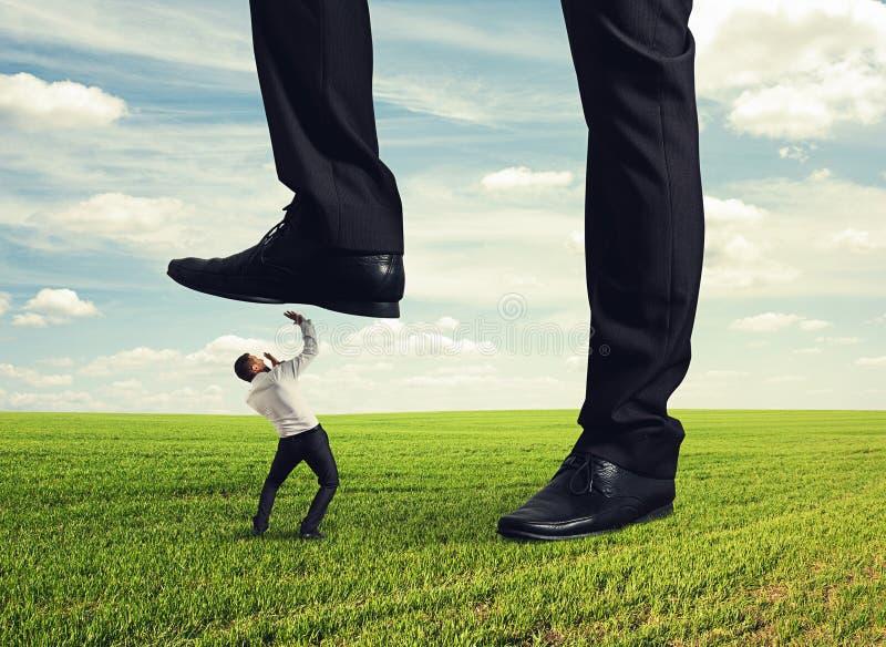 践踏在他的下级下的上司 免版税图库摄影