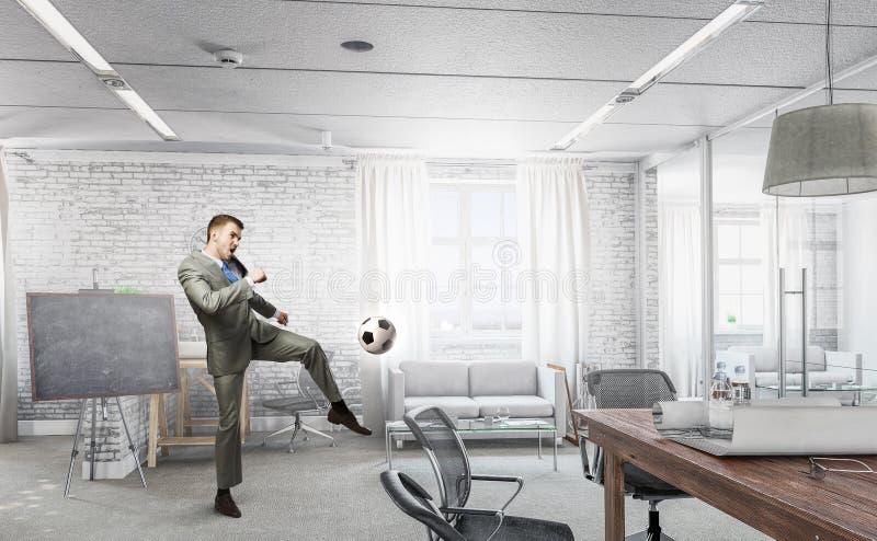 踢办公室足球 混合画法 库存图片