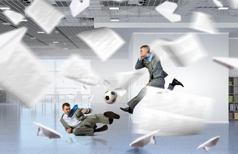 踢办公室足球 混合画法 库存照片