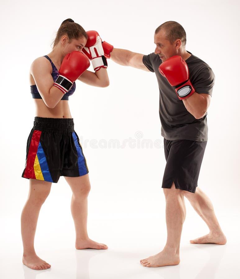 踢拳手女孩和她的教练 库存图片