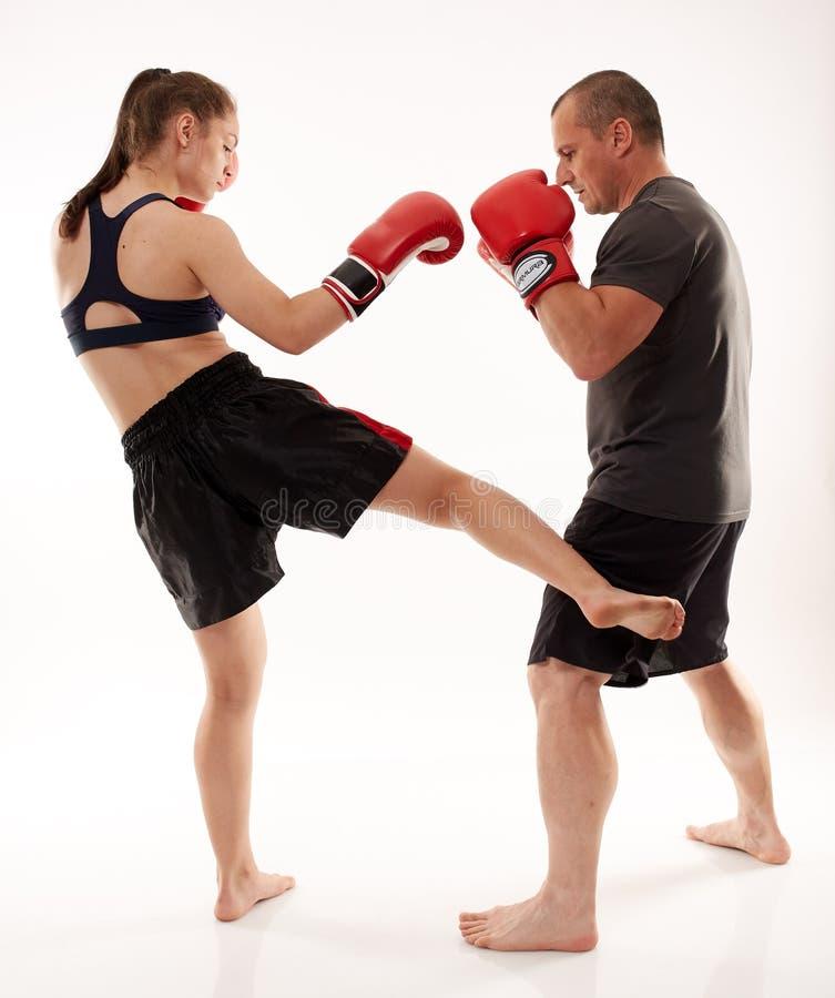 踢拳手女孩和她的教练 库存照片
