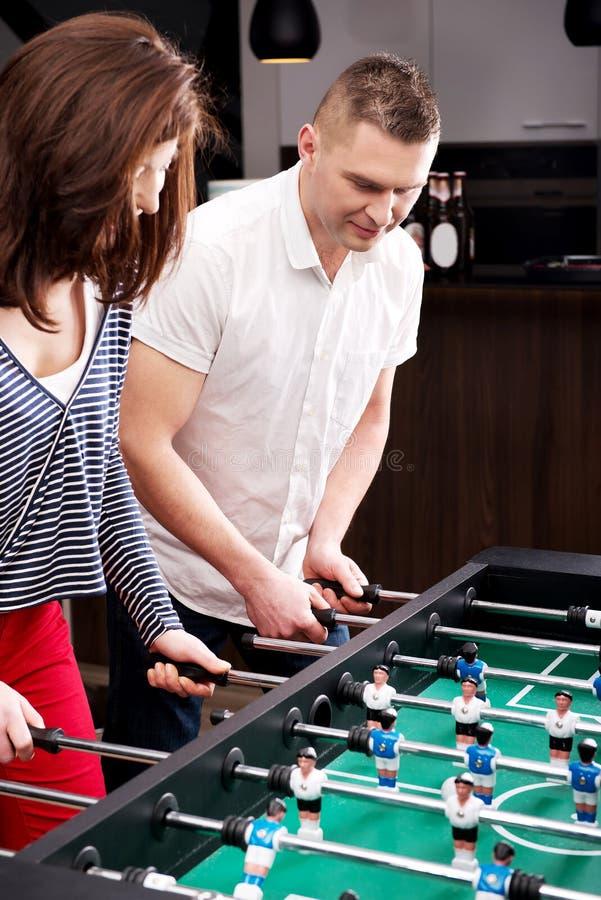 踢桌橄榄球的朋友 免版税图库摄影
