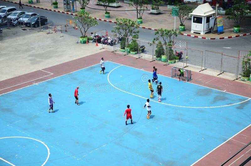 踢橄榄球或足球的泰国人 免版税库存照片