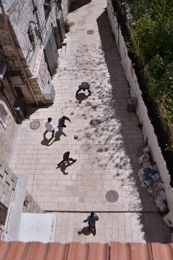 踢橄榄球的孩子在耶路撒冷 免版税图库摄影