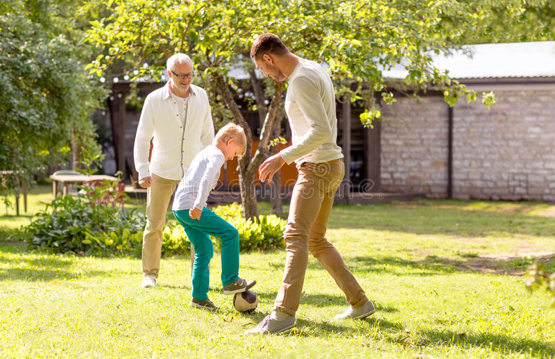 踢橄榄球的愉快的家庭户外 库存照片