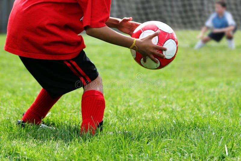 踢足球的男孩 图库摄影