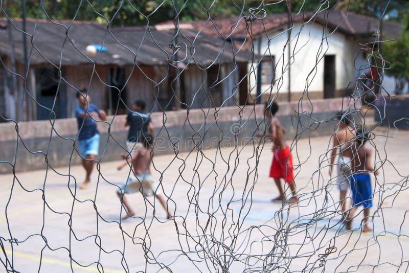 踢足球的赤足男孩 图库摄影