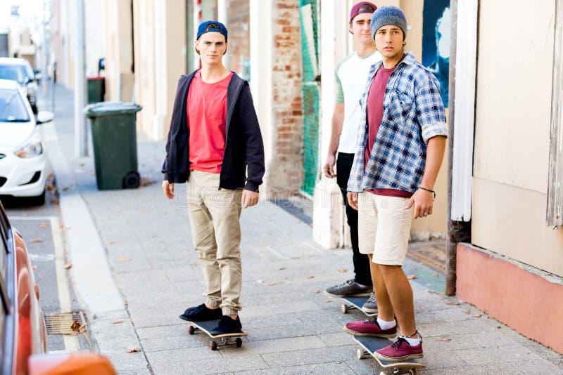 踩滑板在街道 图库摄影