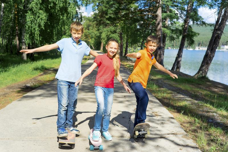 踩滑板活跃的孩子 库存照片