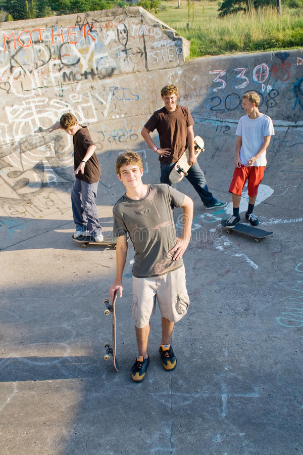 踩滑板的男孩 库存图片