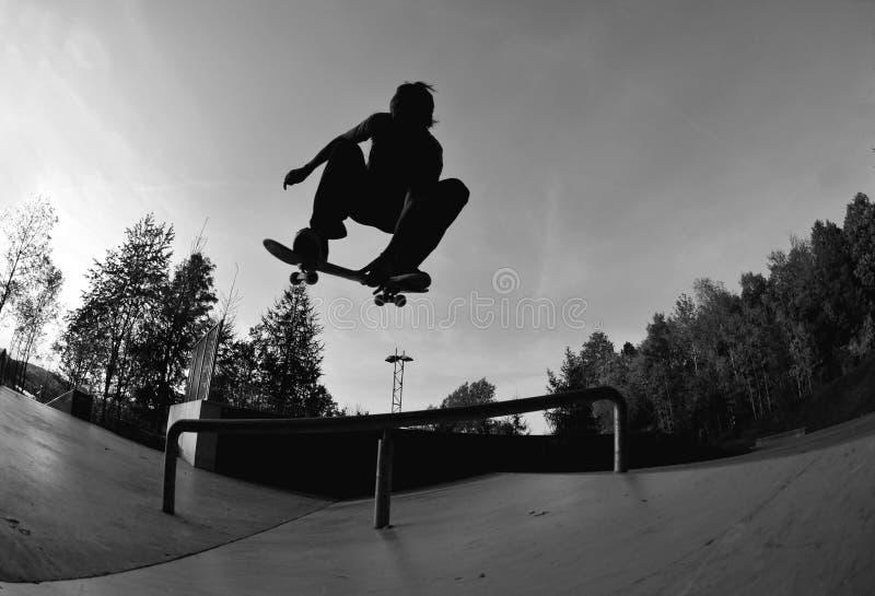 踩滑板的剪影 库存照片