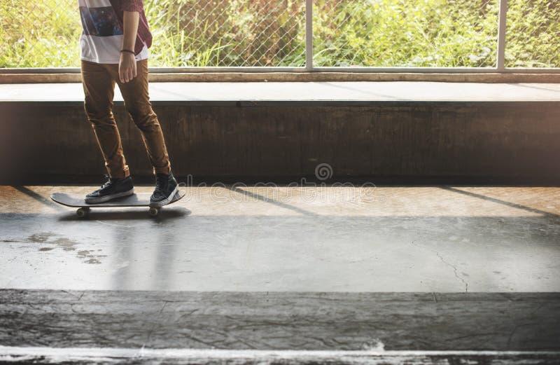踩滑板的实践自由式极端体育概念 免版税库存照片