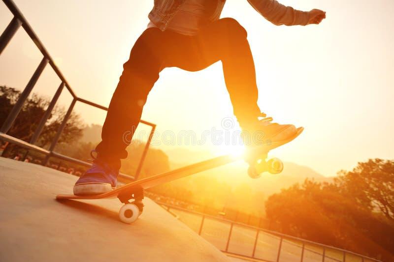 踩滑板 免版税图库摄影