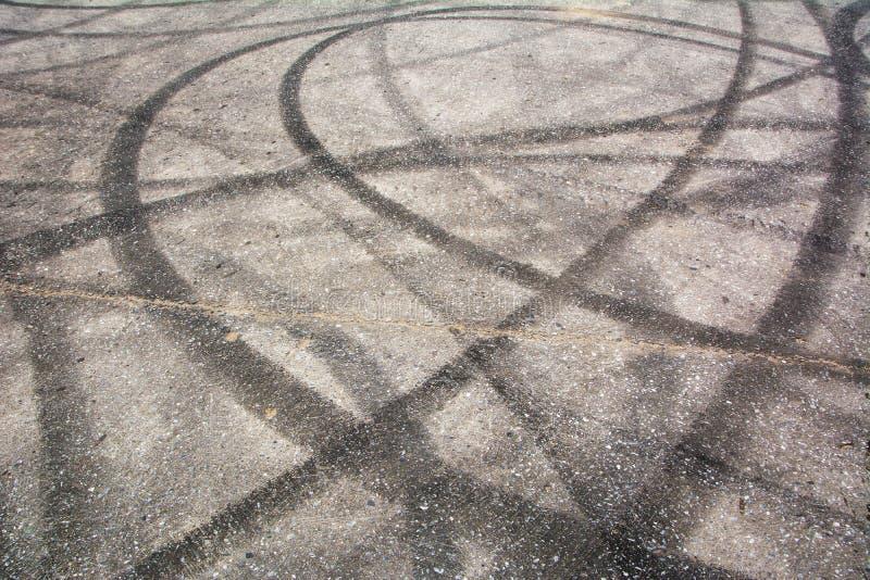 踪影刹车从在水泥的橡胶轮胎 免版税图库摄影