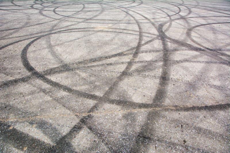 踪影刹车从在水泥的橡胶轮胎 库存照片