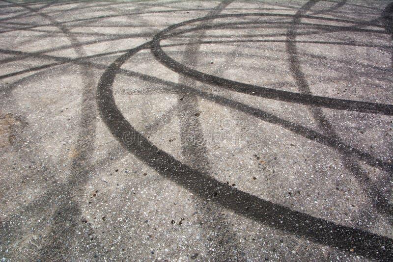 踪影刹车从在水泥的橡胶轮胎 免版税库存照片