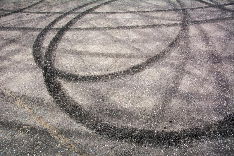 踪影刹车从在水泥的橡胶轮胎 库存图片