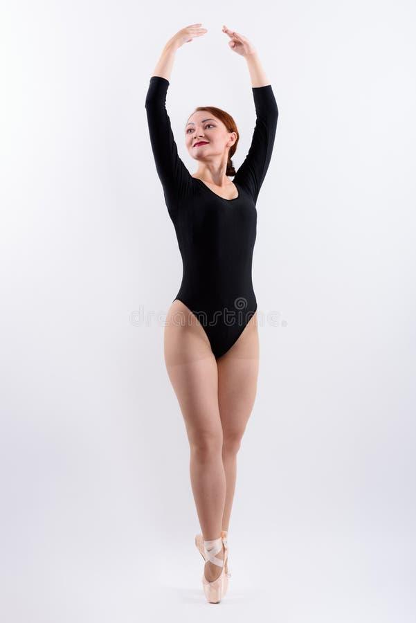蹑手蹑脚地走妇女跳芭蕾舞者充分的身体的射击  免版税图库摄影