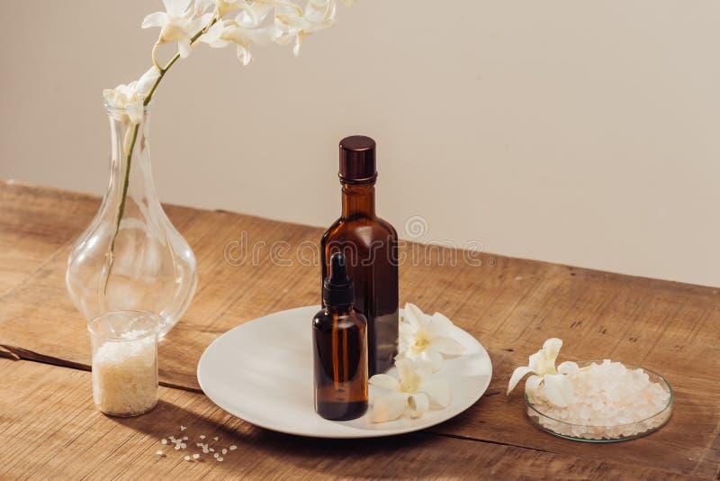 身体关心产品,在棕色瓶,海盐,身体的成份的精油洗刷 库存图片