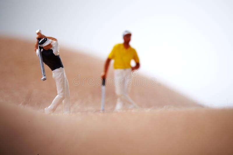 身体判断高尔夫球赤裸使用的妇女 免版税库存照片
